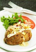 Ziemniak z warzywami i sosem czosnkowym